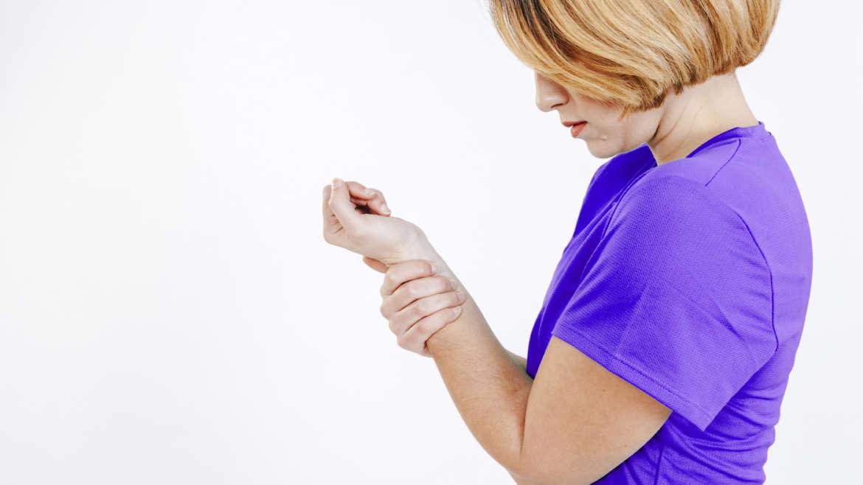 Dormência na mão? Conheça os sintomas da síndrome do túnel do carpo