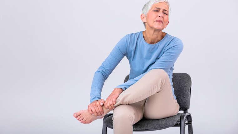 Fisgadas nas pernas e nos pés? Saiba as causas, sintomas e tratamentos
